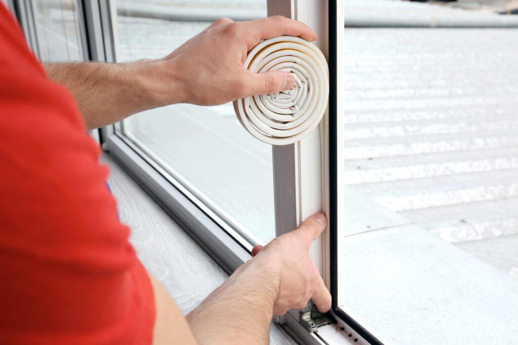 montaż klimatyzatora przenośnego przez uszczelkę - rękaw do okna